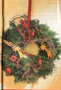 Do hustě svázaných větví vavřínu umístíme červená jablka (dekorace) a  přidáme kovové zlaté kometky. O typickou vánoční vůni se postarají tyčinky  skořice c3c7db647a